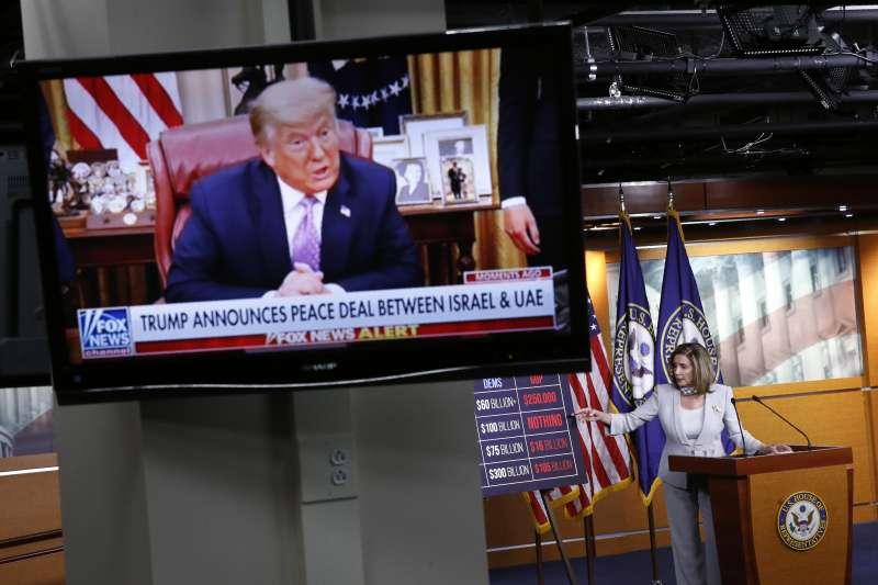 美國聯邦眾議院議長裴洛西13日舉行記者會,現場電視恰巧播映總統川普的新聞。(AP)