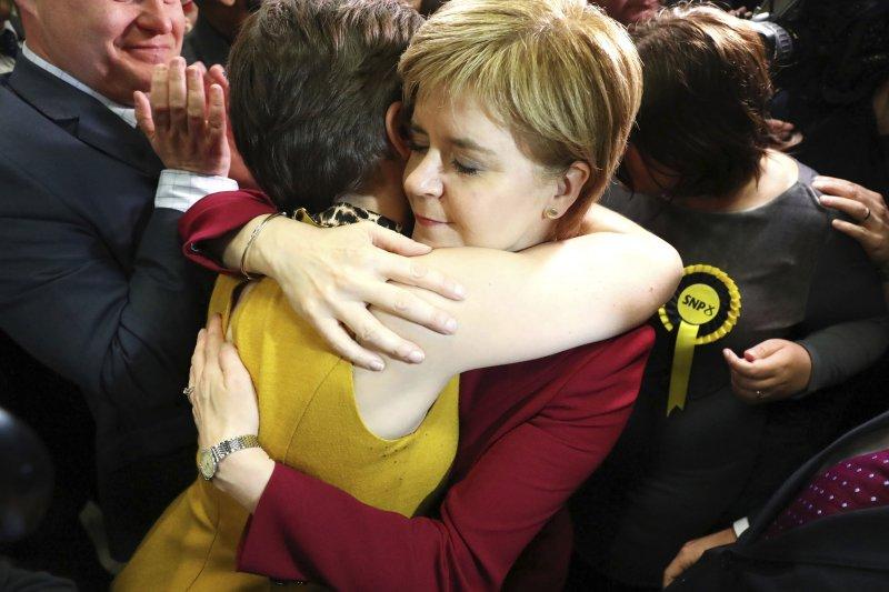 2017年6月8日英國國會大選,蘇格蘭民族黨(SNP)遭到重挫,黨魁史特金(Nicola Sturgeon)與支持者相互安慰(AP)
