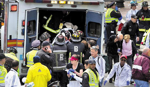 2013년 4월 15일 보스턴 마라톤 결승선 부근에서 폭탄 테러가 발생한 뒤 응급구조요원들이 부상자들을 후송하고 있다.