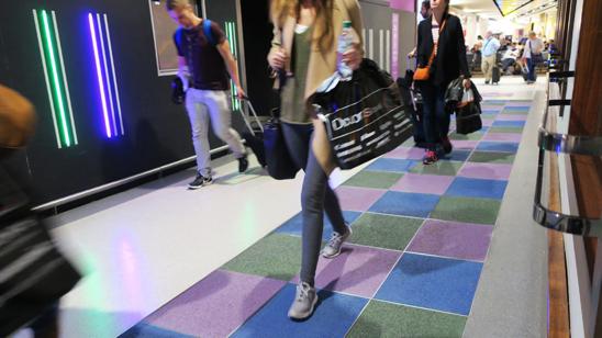 런던 히드로 공항에 설치된 페이브젠(pavegen)의 특수 발판. 사람이 한 번 밟고 지나갈 때마다 5와트의 전기를 생산한다. /페이브젠 홈페이지 캡처