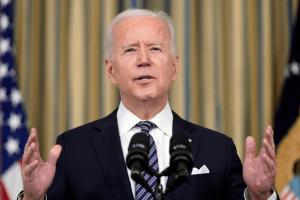 "Biden은 아시아 사람들을 만나 ""증오와 폭력에 대해 말해야합니다"""