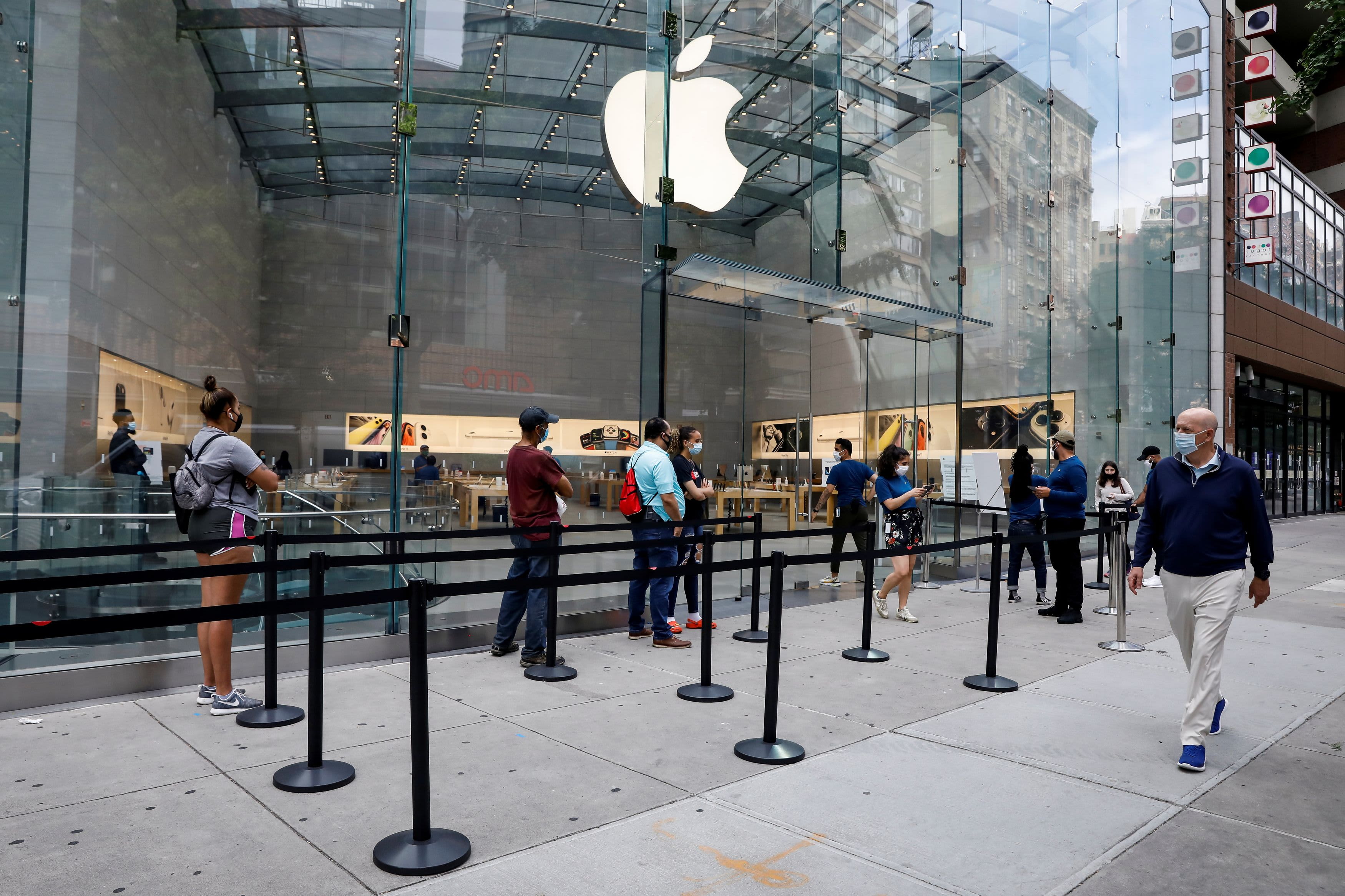 Apple to reclose 30 more retail stores as coronavirus cases spike 61