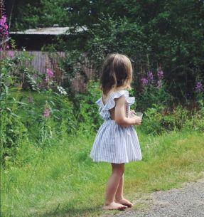 Картинки по запросу маленькая девочка со спины