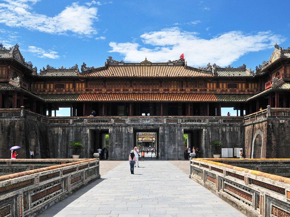 以中國紫禁城為範本的順化皇城,為越南現存規模最大的古建築群,氣勢磅礡的遺跡,裡頭擺放著精緻的陶瓷裝飾!