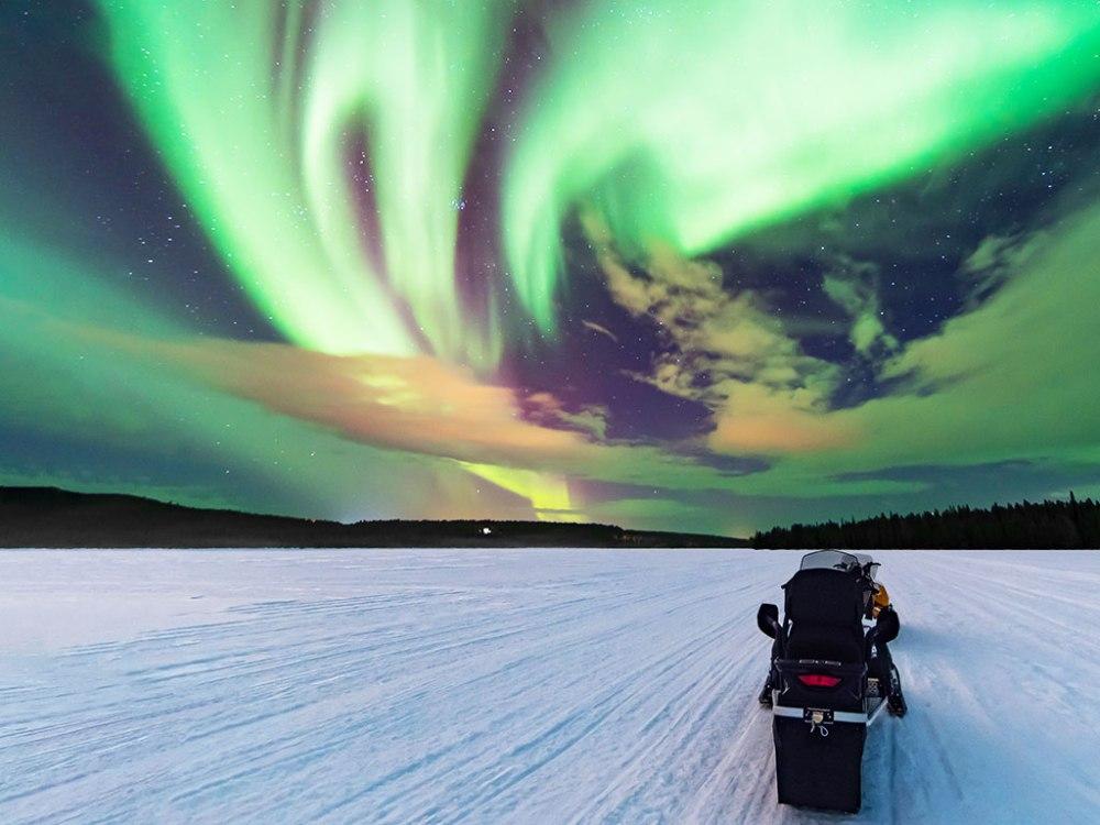 騎乘雪地摩托車暢快通行結冰的湖泊與森林,追逐天際璀璨光芒。