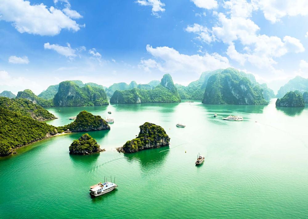 享受越南下龍灣的美景,搭船漂浮在水上,最是優閒。
