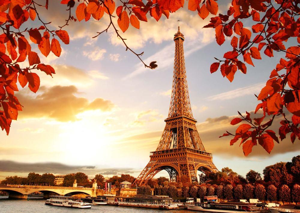 秋天的法國,洋溢著柔情浪漫的氛圍,紅葉的適時妝點,讓屬於艾菲爾鐵塔的愛情故事更加耀眼。