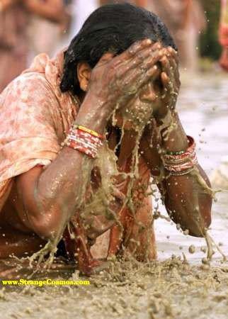 8010.jpg (혐) 인도인들의 성수 겐지스 강 실태.jpg