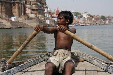 Boat-Driver-e1272562544860.jpeg (혐) 인도인들의 성수 겐지스 강 실태.jpg