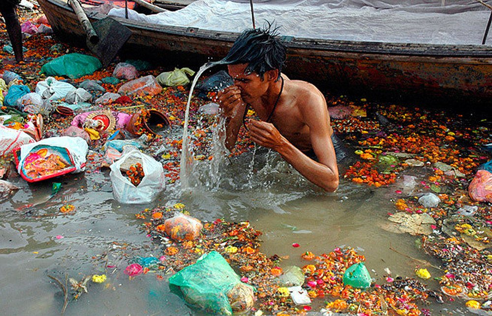 Solid-Waste-2.jpg (혐) 인도인들의 성수 겐지스 강 실태.jpg