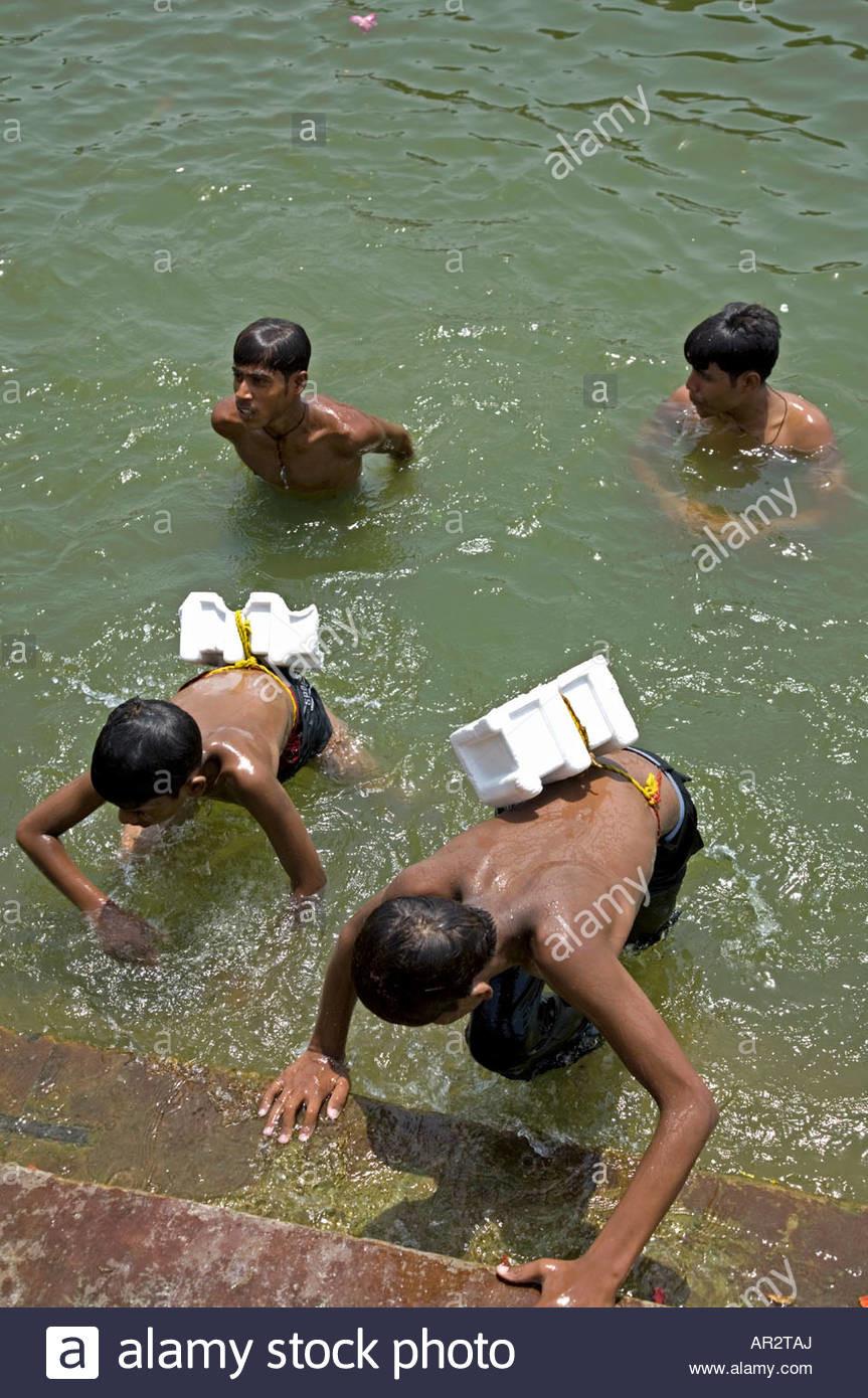 boys-swimming-with-a-peculiar-lifebelt-hanuman-ghat-ganges-river-varanasi-AR2TAJ.jpg (혐) 인도인들의 성수 겐지스 강 실태.jpg