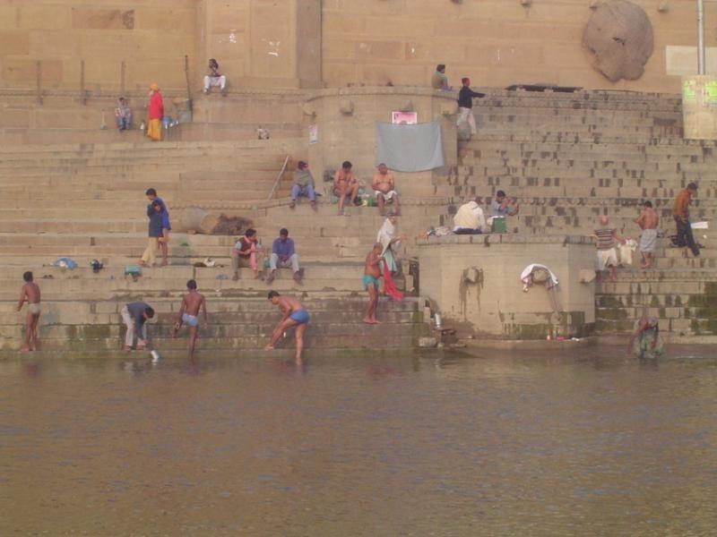 Bathing-in-the-corpse-filled-Ganges.jpg (혐) 인도인들의 성수 겐지스 강 실태.jpg