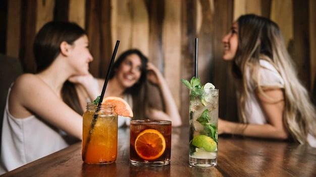 Amigas en un bar Foto gratis