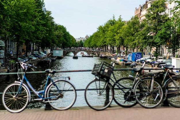 Bicicletas en la calle. amsterdam Foto gratis