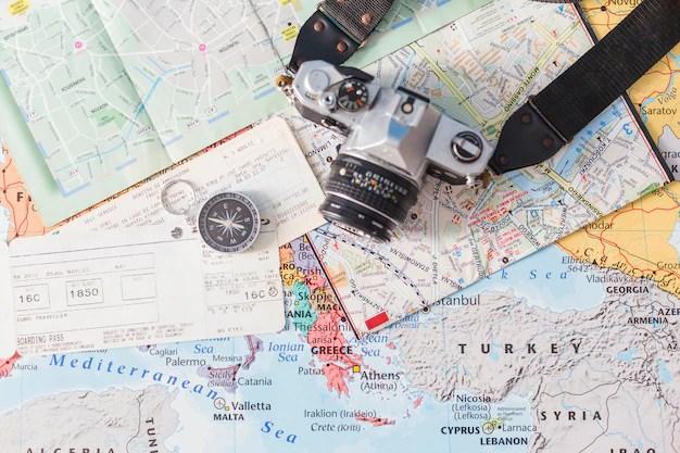 Composición de viajar con billetes Foto gratis