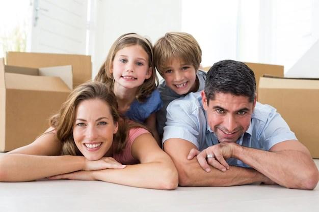 Familia que miente en piso en casa nueva | Foto Premium