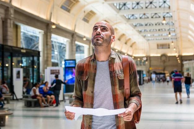 Hombre en el mapa de consultoría de metro Foto gratis