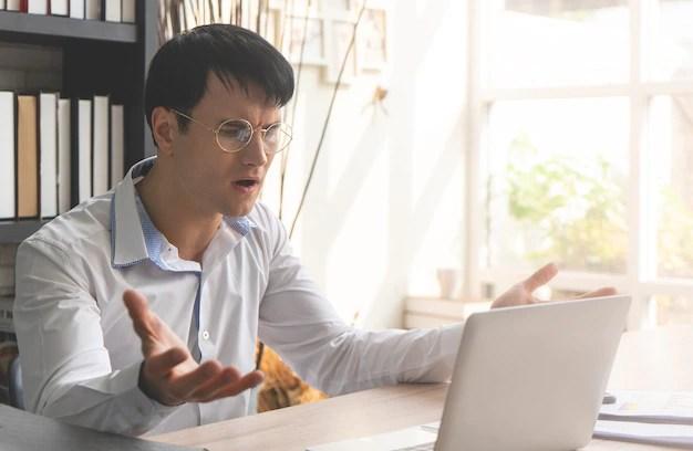 Hombre molesto frente a la computadora