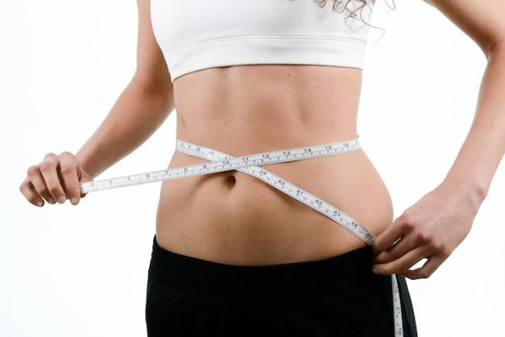 Resultado de imagen de persona midiendo cintura