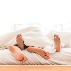 Pareja, acostado, descalzo, en cama Foto gratis