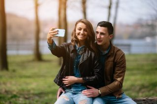 Resultado de imagen para pareja tomandose una selfie
