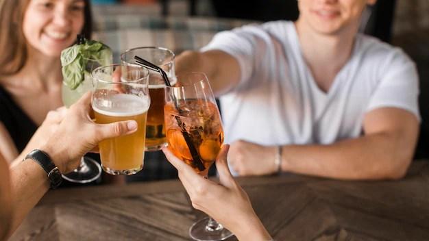 Primer plano de amigos tostado bebidas Foto gratis