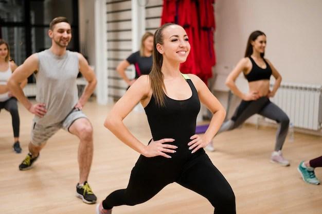 Retrato de personas haciendo ejercicio en el gimnasio Foto gratis
