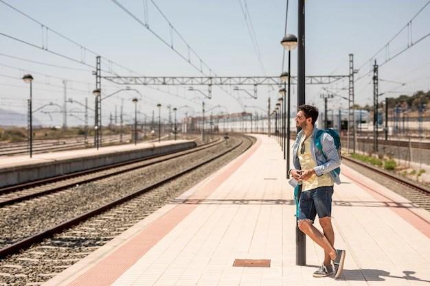 Viajero lateral apoyado contra el palo. Foto gratis