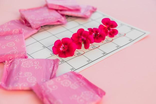 Calendário com flores e absorventes
