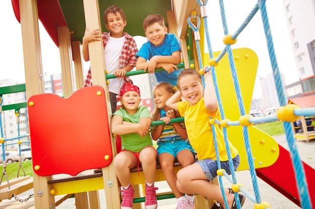 Crianças brincando na escola praça