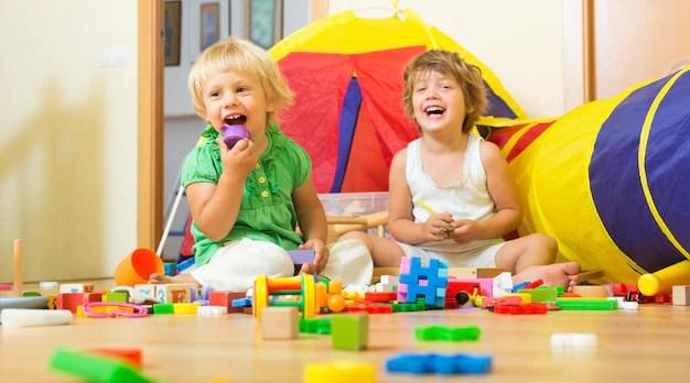 Crianças brincando com blocos coloridos