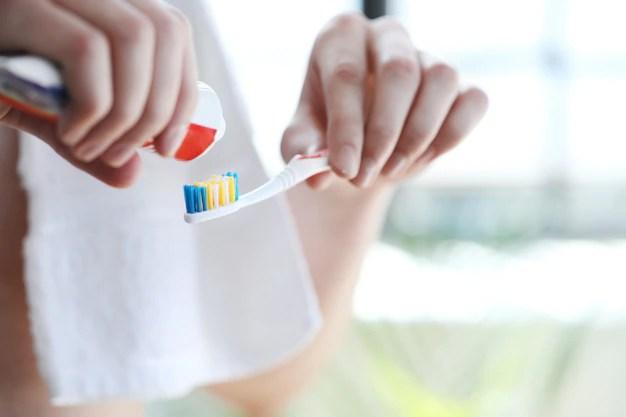 escovar-os-dentes-do-homem_144627-25402 Dor de dente na gravidez como tratar?