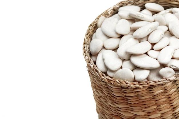 Cesto com grãos crus de feijão branco