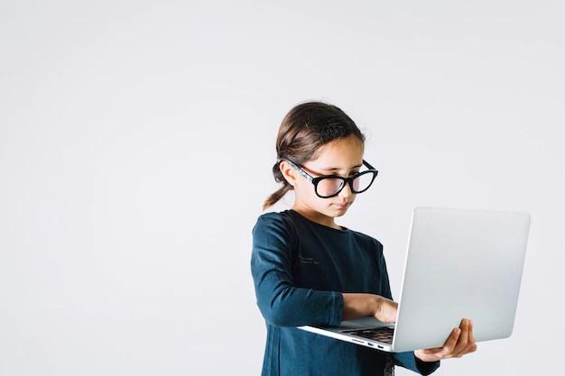 Garota de óculos com computador