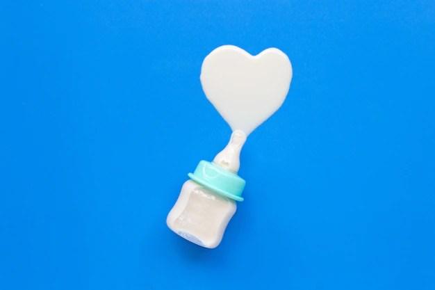 Mamadeira derramando leite no formato de coração