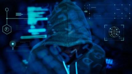 Hacker trabalhando na escuridão Foto gratuita