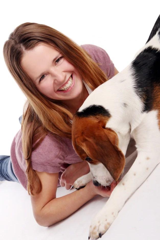 Mulher e sua cadela felizes