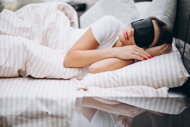 Mulher dormindo em cama