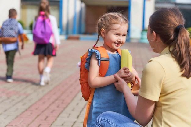Mãe acompanha a criança para a escola