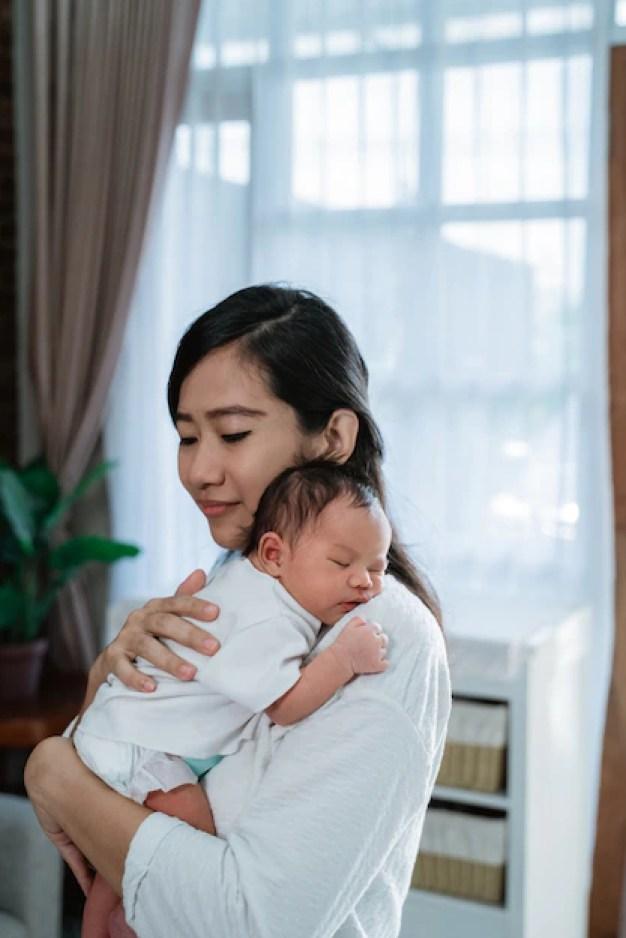 Mãe abraçando bebê que está com frio