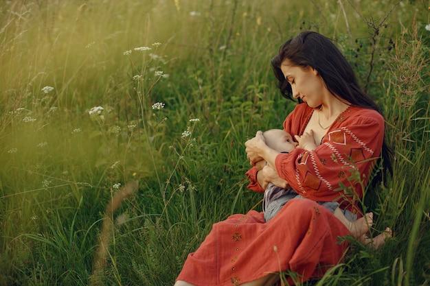 Mãe com filha sendo amamentada no peito