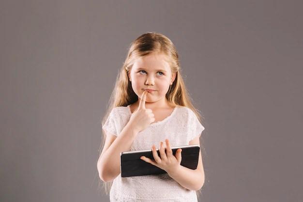 Menina pensativa com tablet