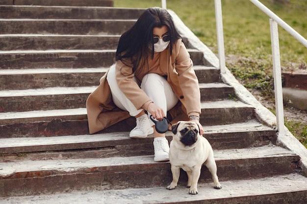 Mulher com cachorro pug cuidado com pets