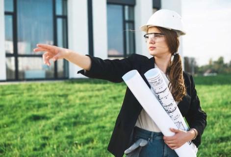 Mulher com planos apontando Foto gratuita