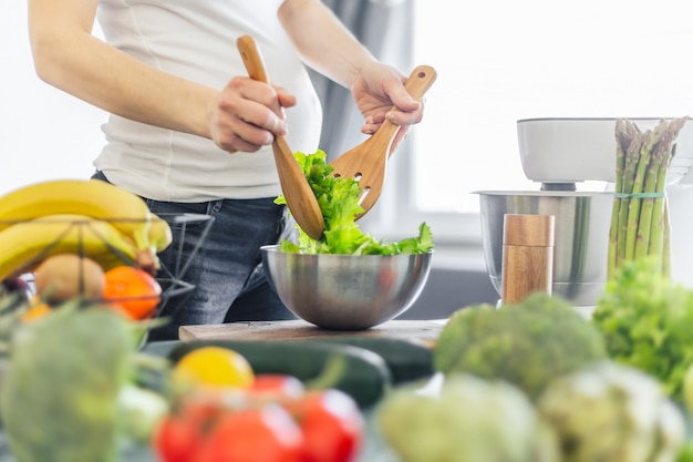 Gestante preparando salada