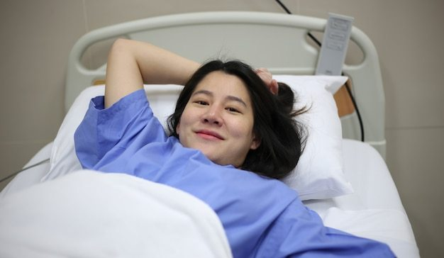 Gestante em quarto de parto da maternidade