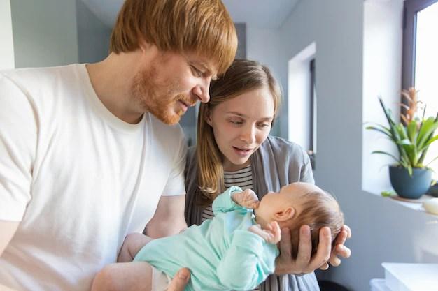 Mãe no puerpério com companheiro e bebê