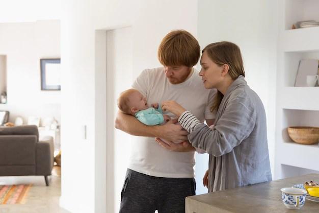 Pai e mãe cuidando de bebê
