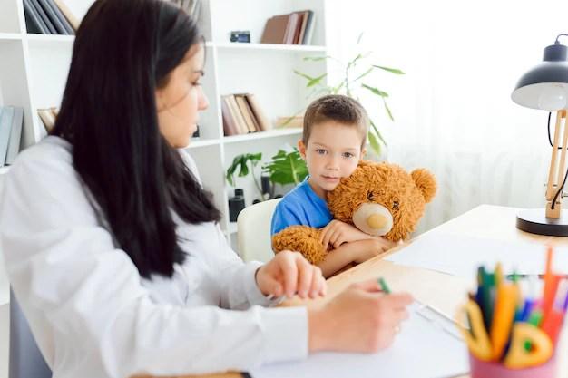 Psicóloga feminina acalmando garotinho com ansiedade infantil