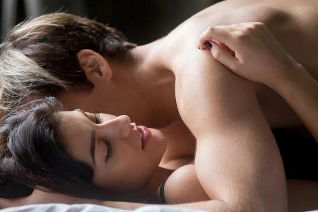 Casal em relação sexual. Melhores tratamentos para engravidar